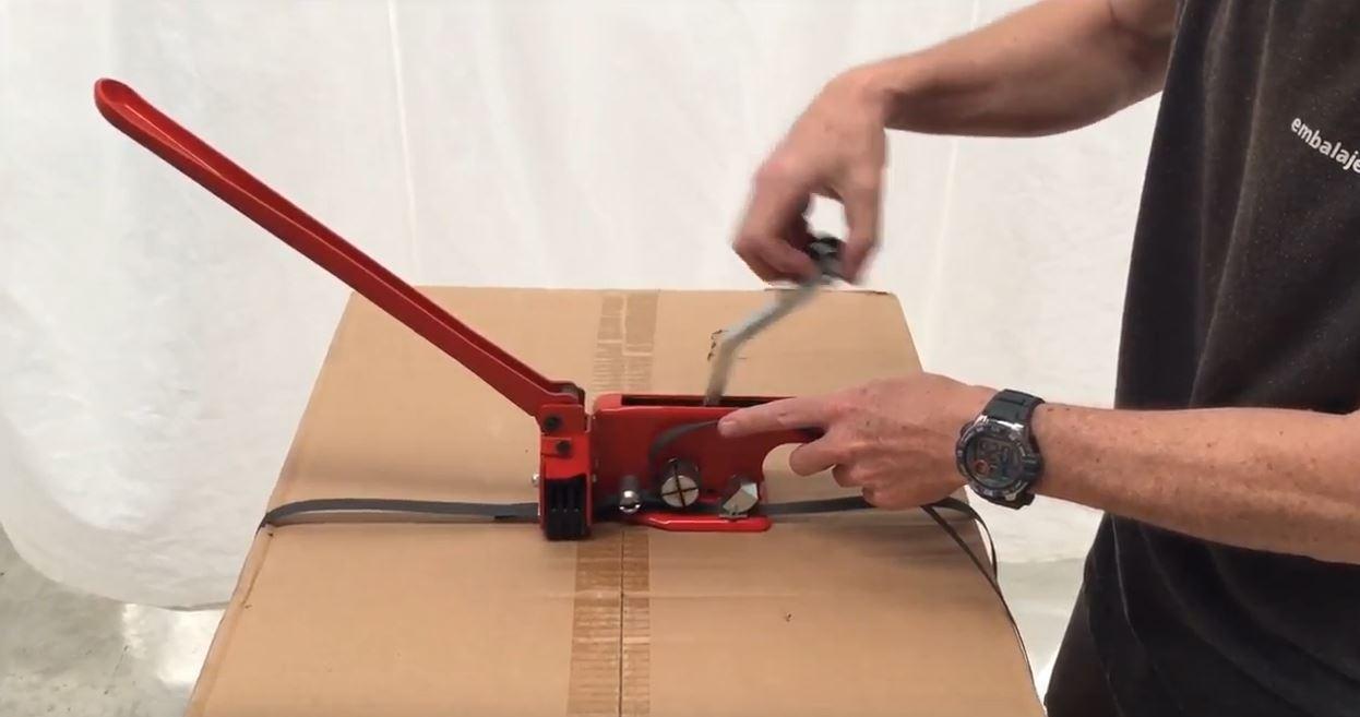 Uso flejadora manual paso 4